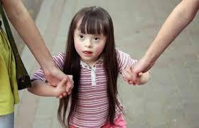 Родители и больной аутизмом ребенок